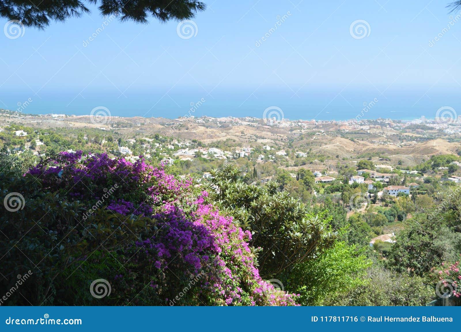 Wspaniali widoki Mijas plaża I Swój Piękni Typowi Biali budynki Od Swój Starego miasteczka