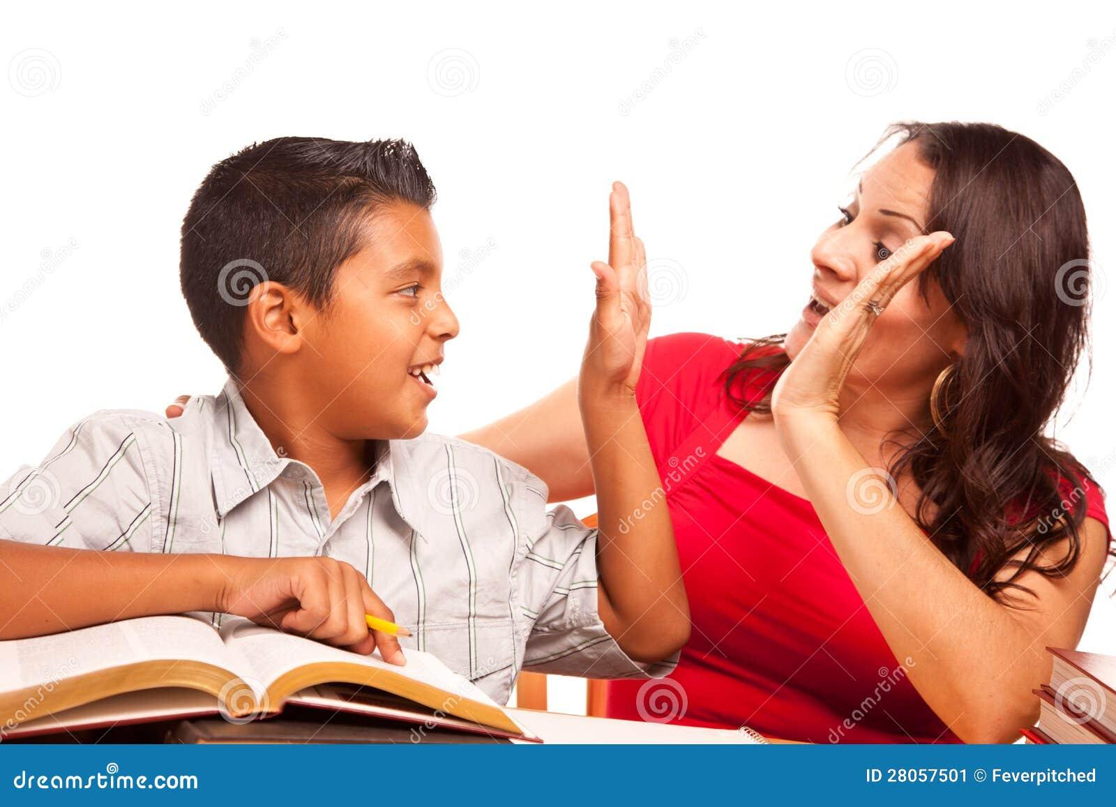 Wspierający latynosa syna i matki studiowanie