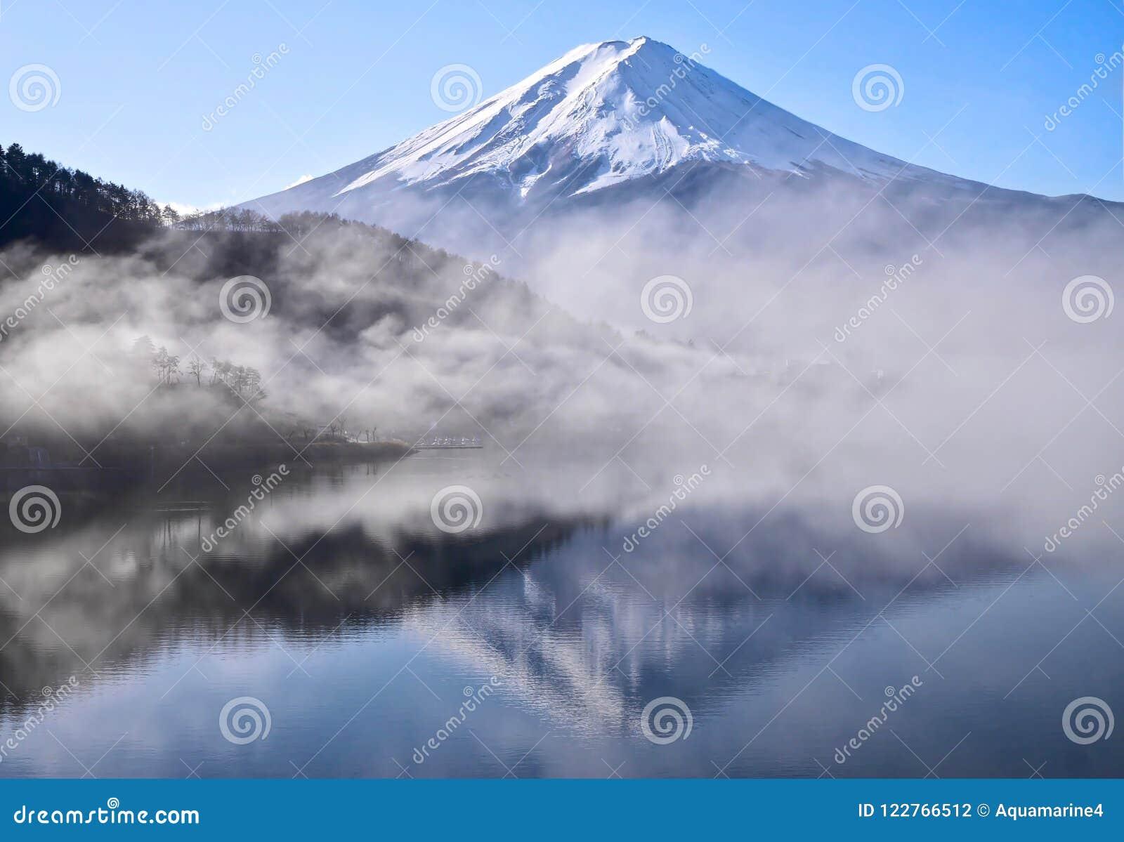 Wspina się Fuji odbicie w spokojnym jeziorze w wczesnym poranku