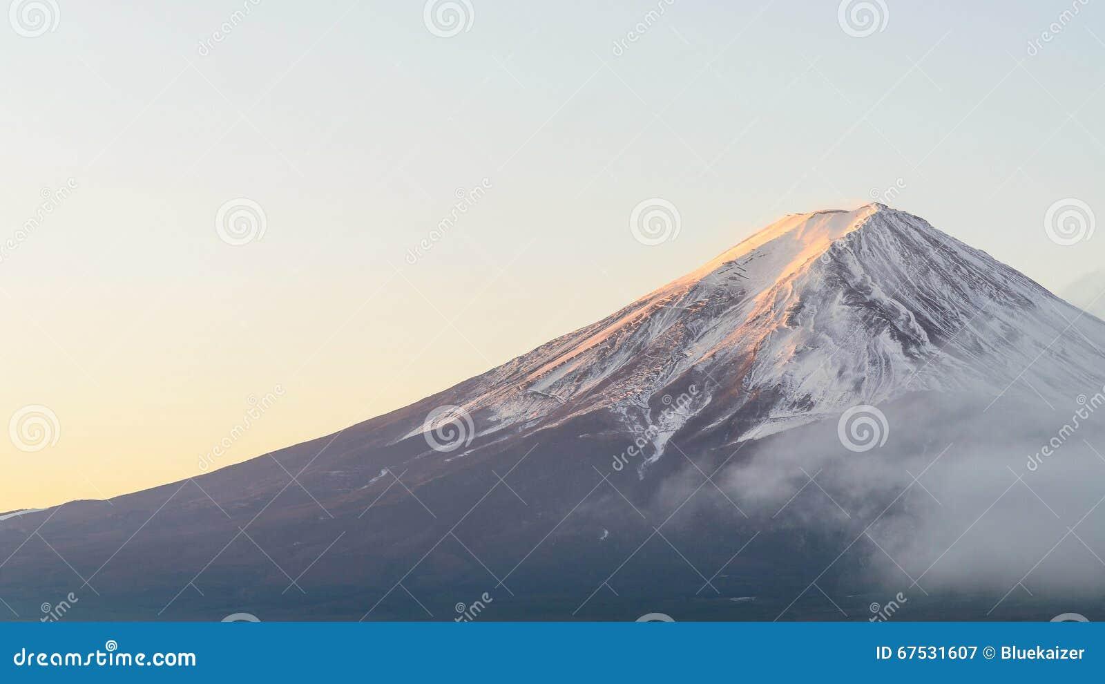 Wspina się Fuji w jesień ranku przy kawaguchiko jeziorem Japan