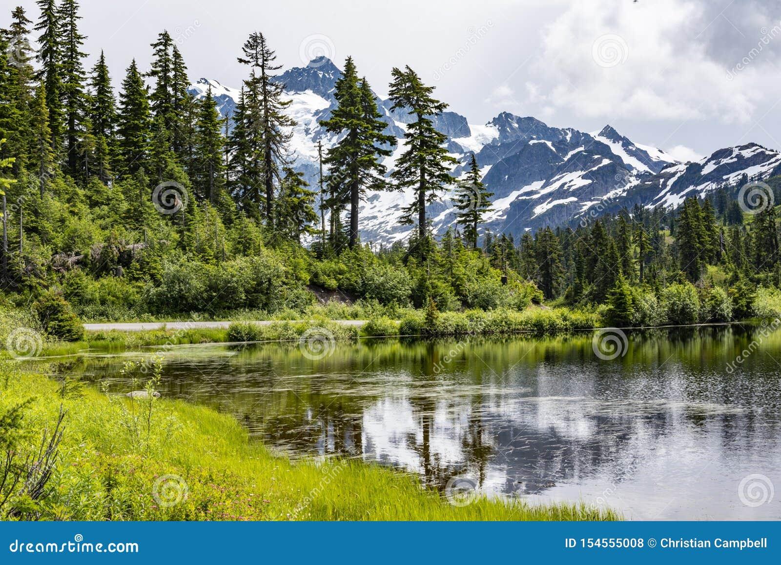 Wspina się Shuksan w Kaskadowych górach z odbijającym jeziorem