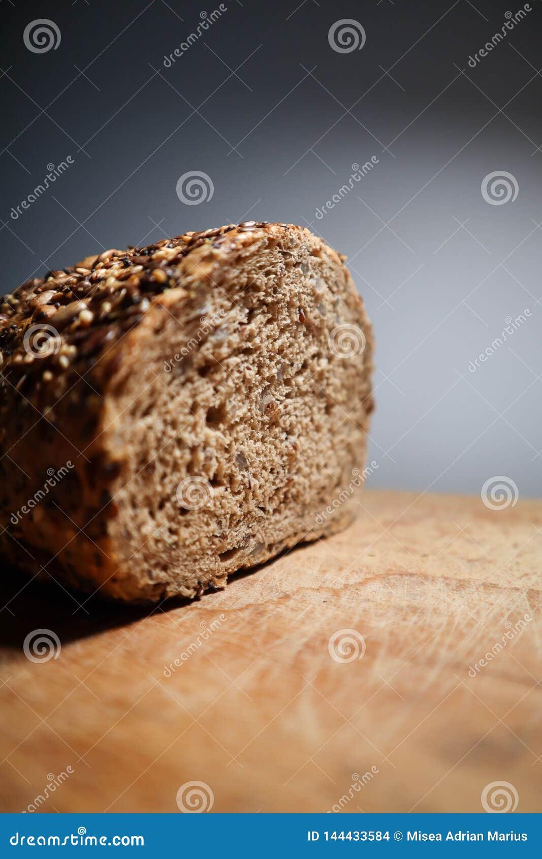Wstawia się chleb z udziałami ziarna