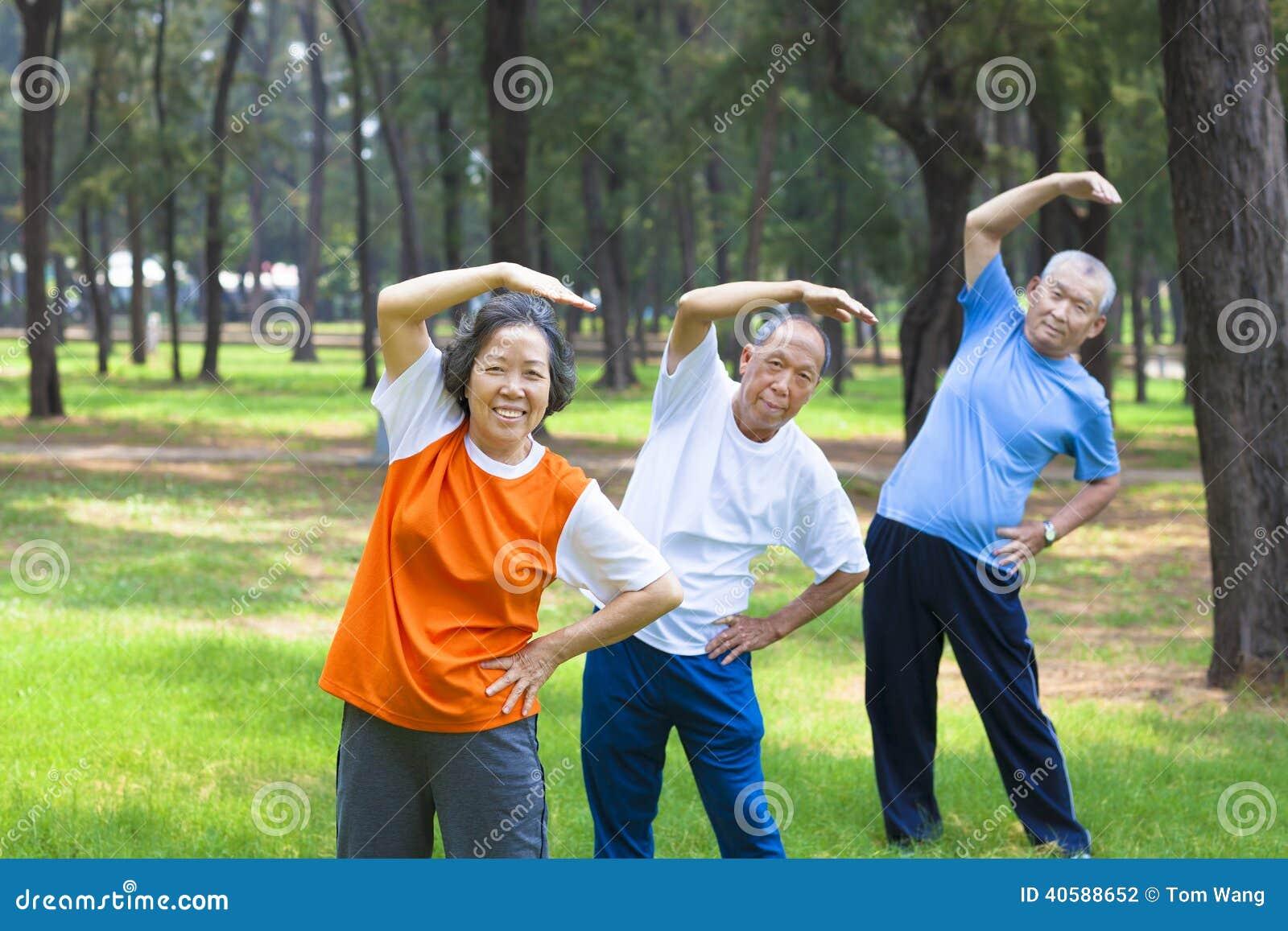 Wszystkie seniory robi gimnastykom wpólnie