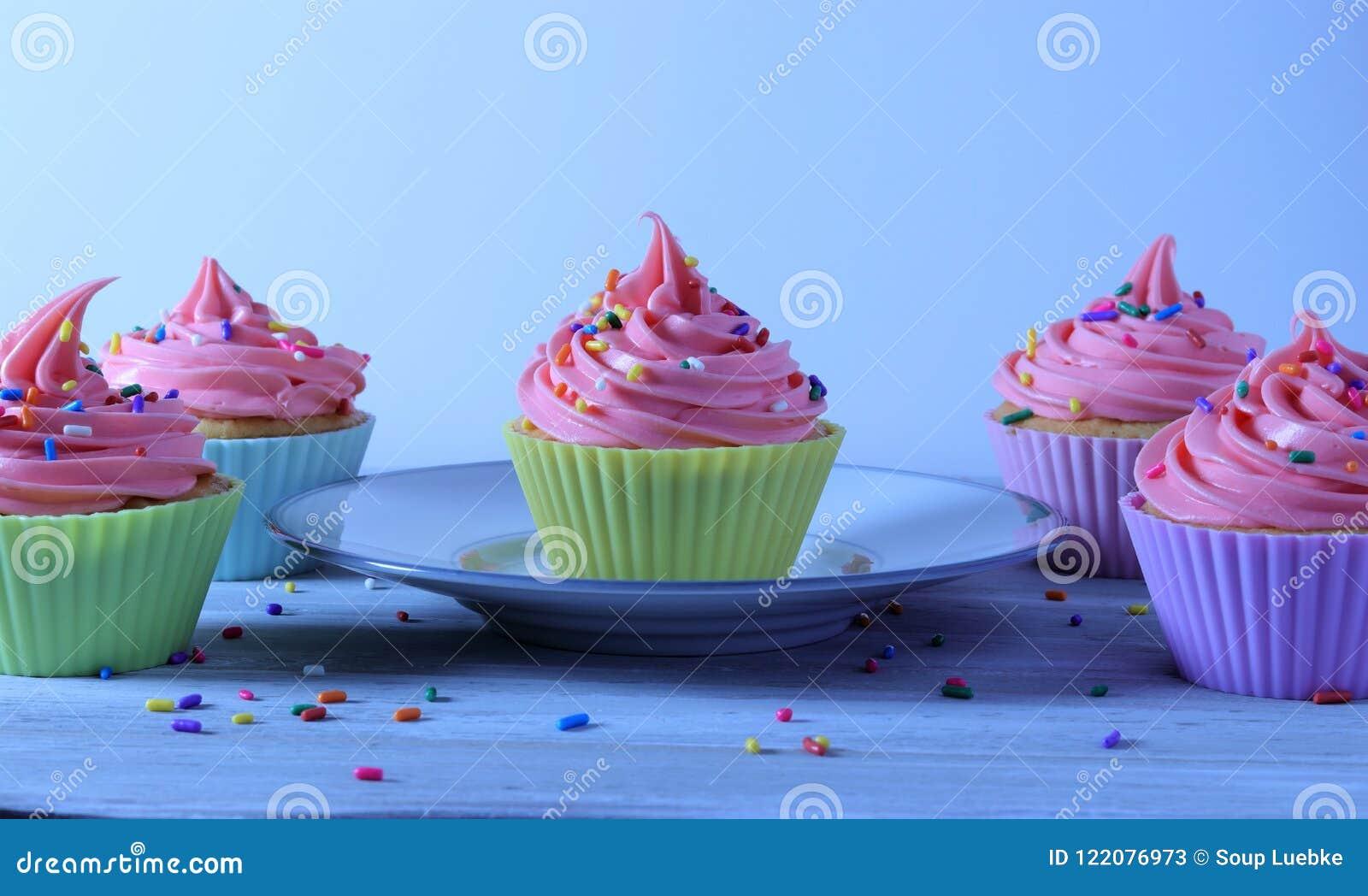 Wszystkiego Najlepszego Z Okazji Urodzin babeczki, biały tort i truskawki różowy mrożenie,