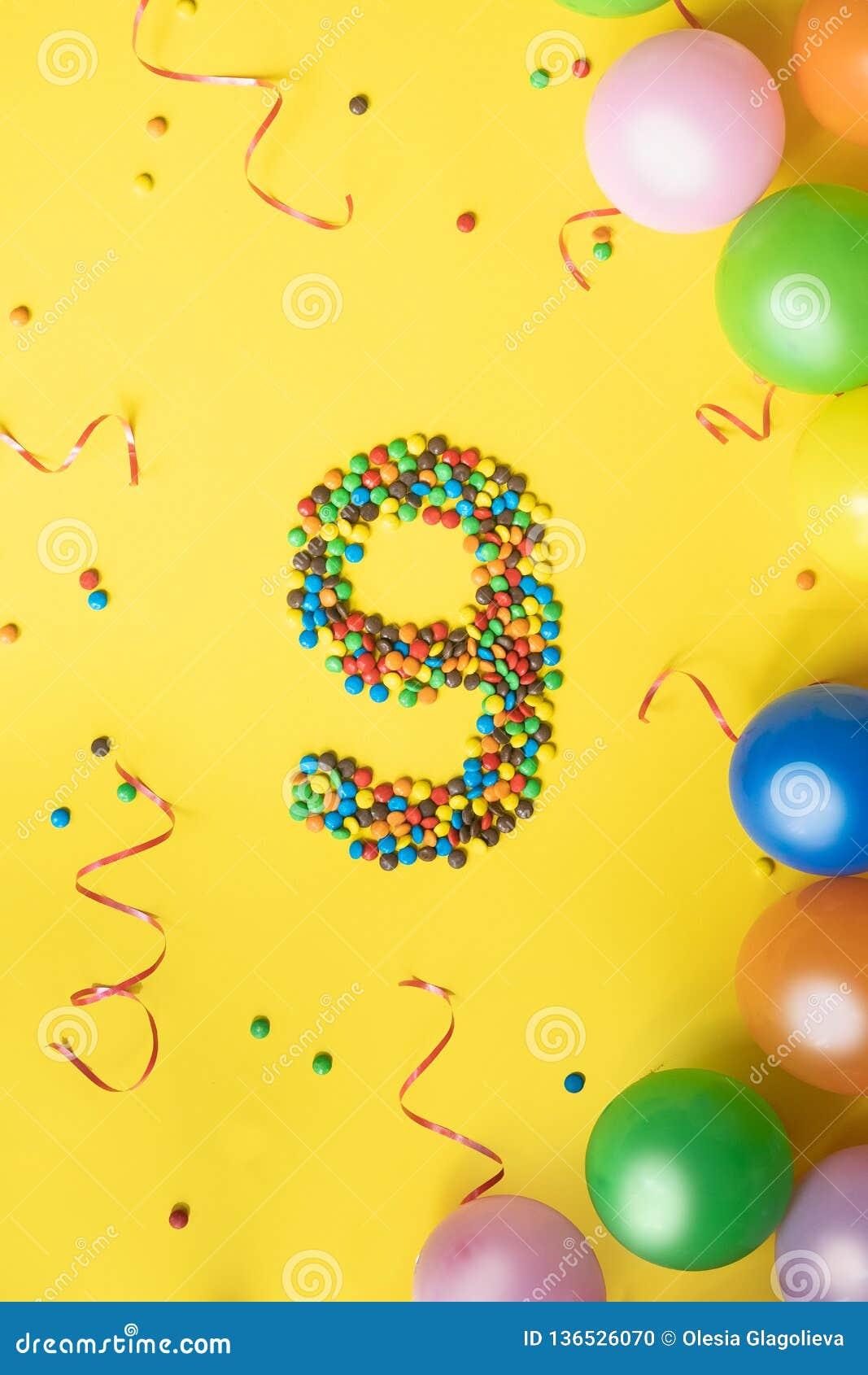 Wszystkiego Najlepszego Z Okazji Urodzin liczba 9 zrobił cukierki z kolorowymi balonami na żółtym tle