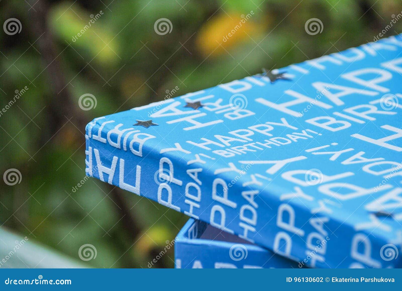 Wszystkiego Najlepszego Z Okazji Urodzin pudełko z srebrem gra główna rolę na deklu Teraźniejszość w błękitnym pudełku, chłopiec
