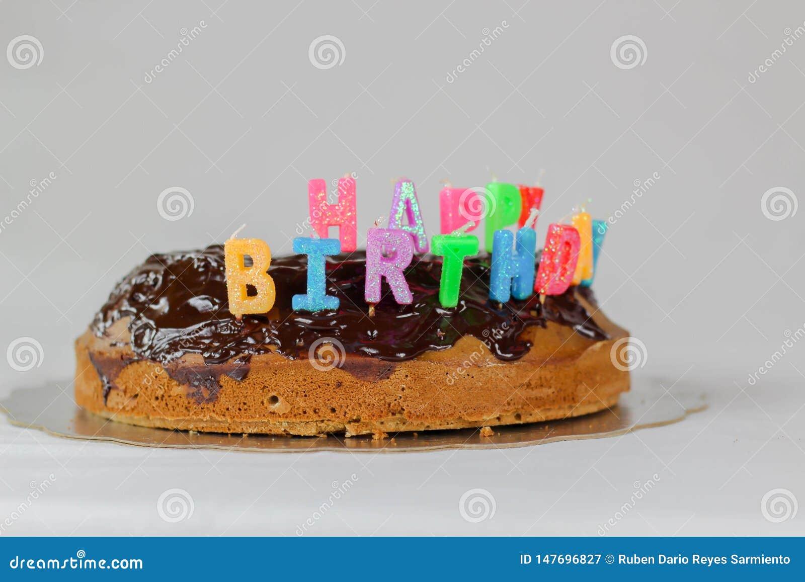 Wszystkiego najlepszego z okazji urodzin tort z czekolady pokrywy t?a koloru bia?ej b??kitnej czerwonej dekoracji karmowy wakacyj