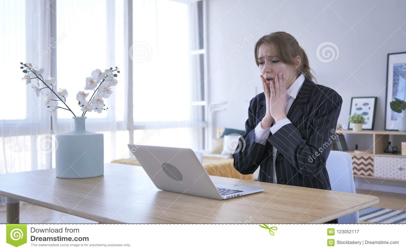 Wundernde Frau im Schock bei der Arbeit, erstaunt