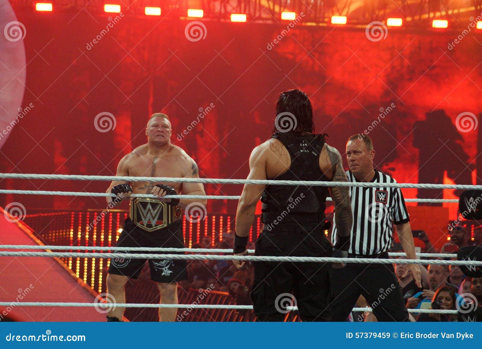 WWE-de Kampioen Brock Lesner staart over ring in Roman Reigns zoals