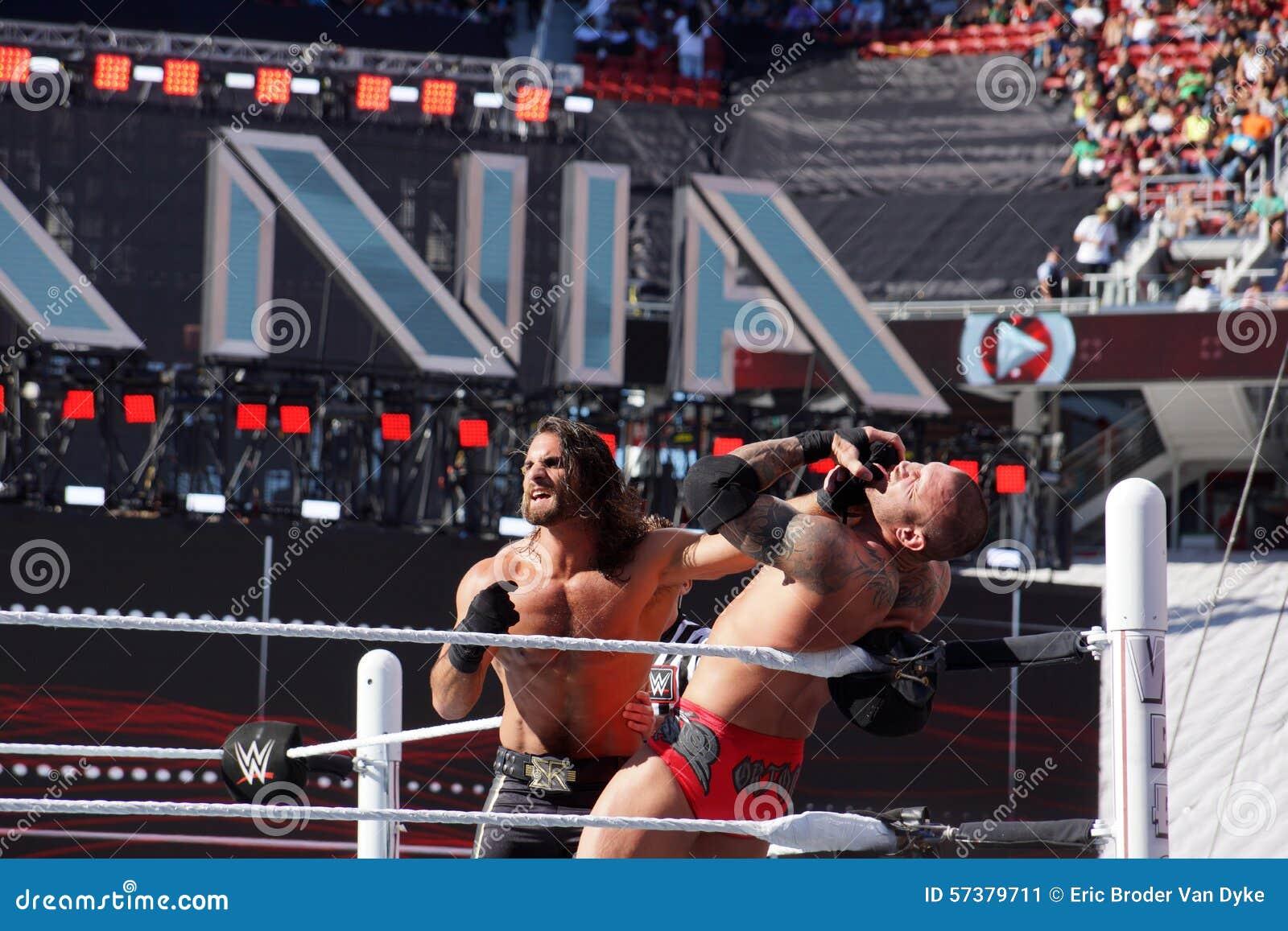 WWE-de Worstelaar Seth Rollins duwt Randy Orton in het hoekverstand