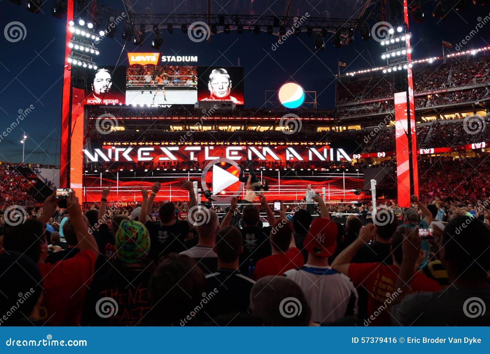 WWE-Kampioen Brock Lesner F-5ing Roman Reigns van de bovenkant van van hem