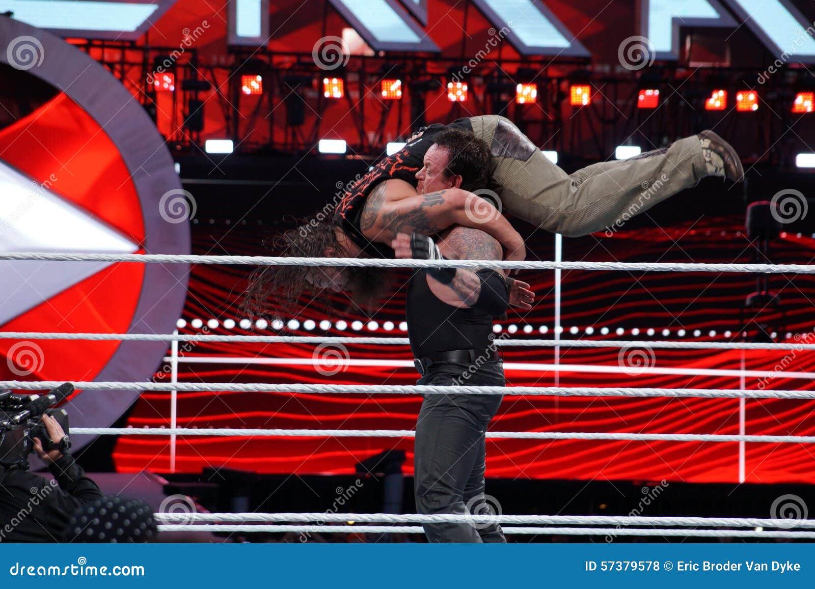 WWE-Worstelaar de heimachines medio Bray Wyatt van de Begrafenisondernemergrafsteen