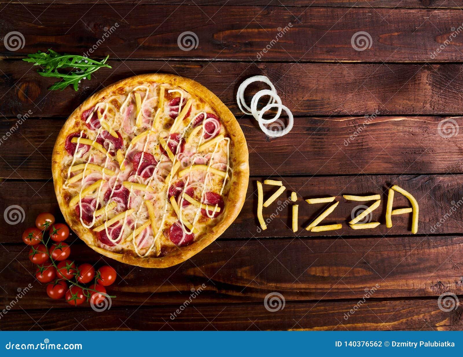 Wyśmienicie Włoska pizza z francuzem smaży na drewnianym stole