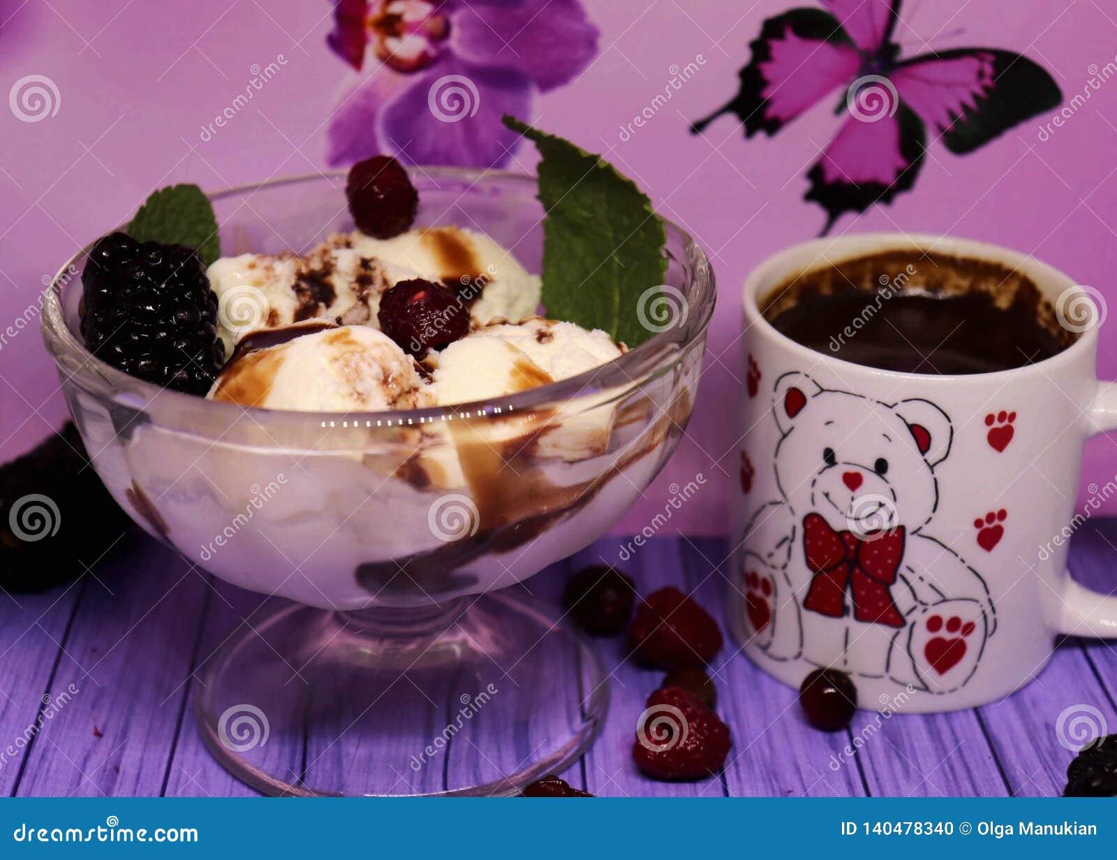 Wyśmienicie waniliowy lody z czekoladą i wyśmienicie owoc, mała filiżanka naturalna kawa