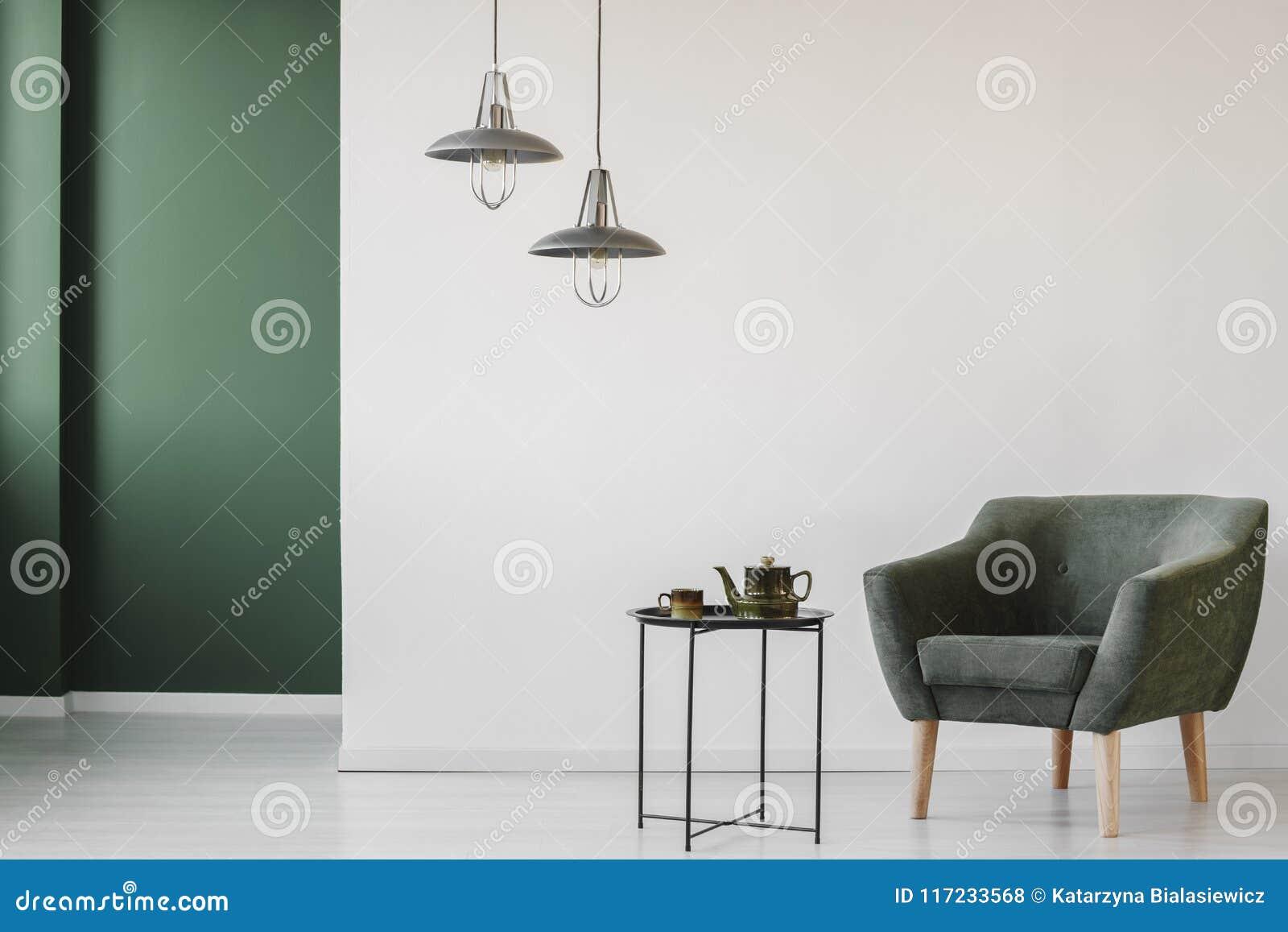 Wyścielany karło w minimalistycznym wnętrzu