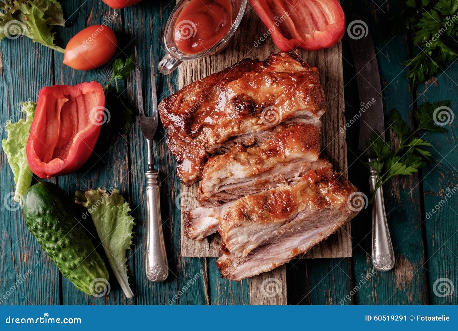 Wyśmienicie barbecued ziobro przyprawiali z korzennym fastrygowanie kumberlandem