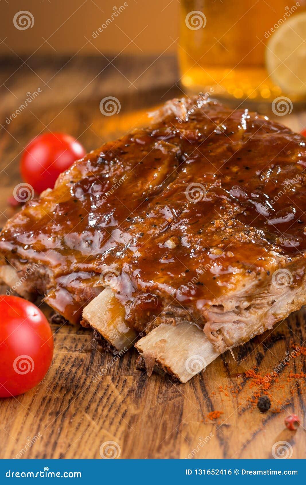 Wyśmienicie barbecued ziobro przyprawiali z korzennym fastrygowanie kumberlandem i słuzyć z siekającymi świeżymi warzywami na sta