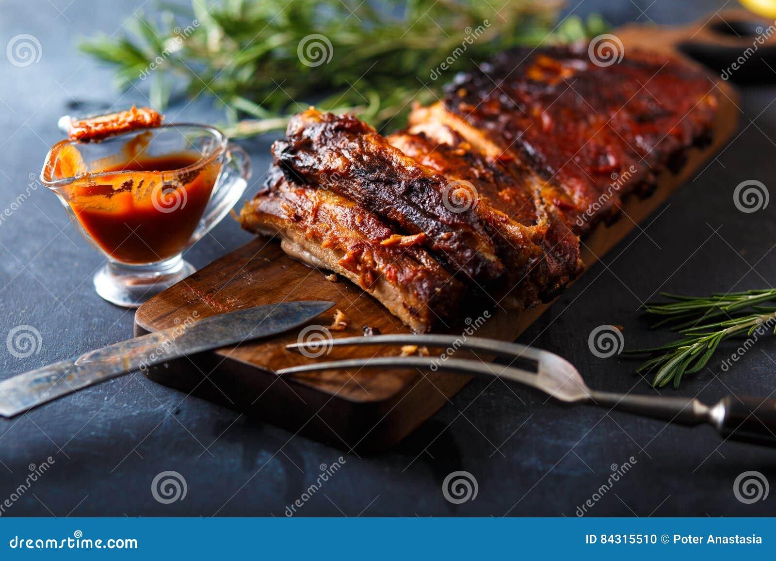Wyśmienicie barbecued ziobro przyprawiali z korzennym fastrygowanie kumberlandem i słuzyć z siekają