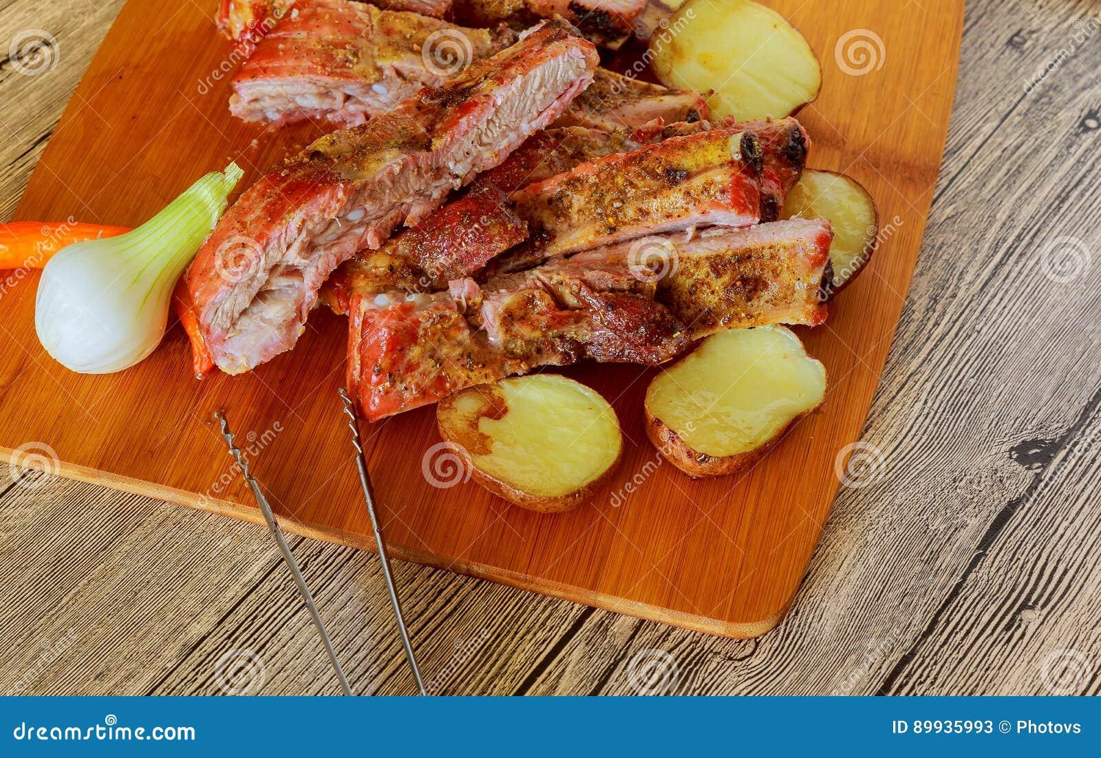 Wyśmienicie barbecued ziobro przyprawiali z korzennym fastrygowanie kumberlandem i słuzyć z siekający świeżym