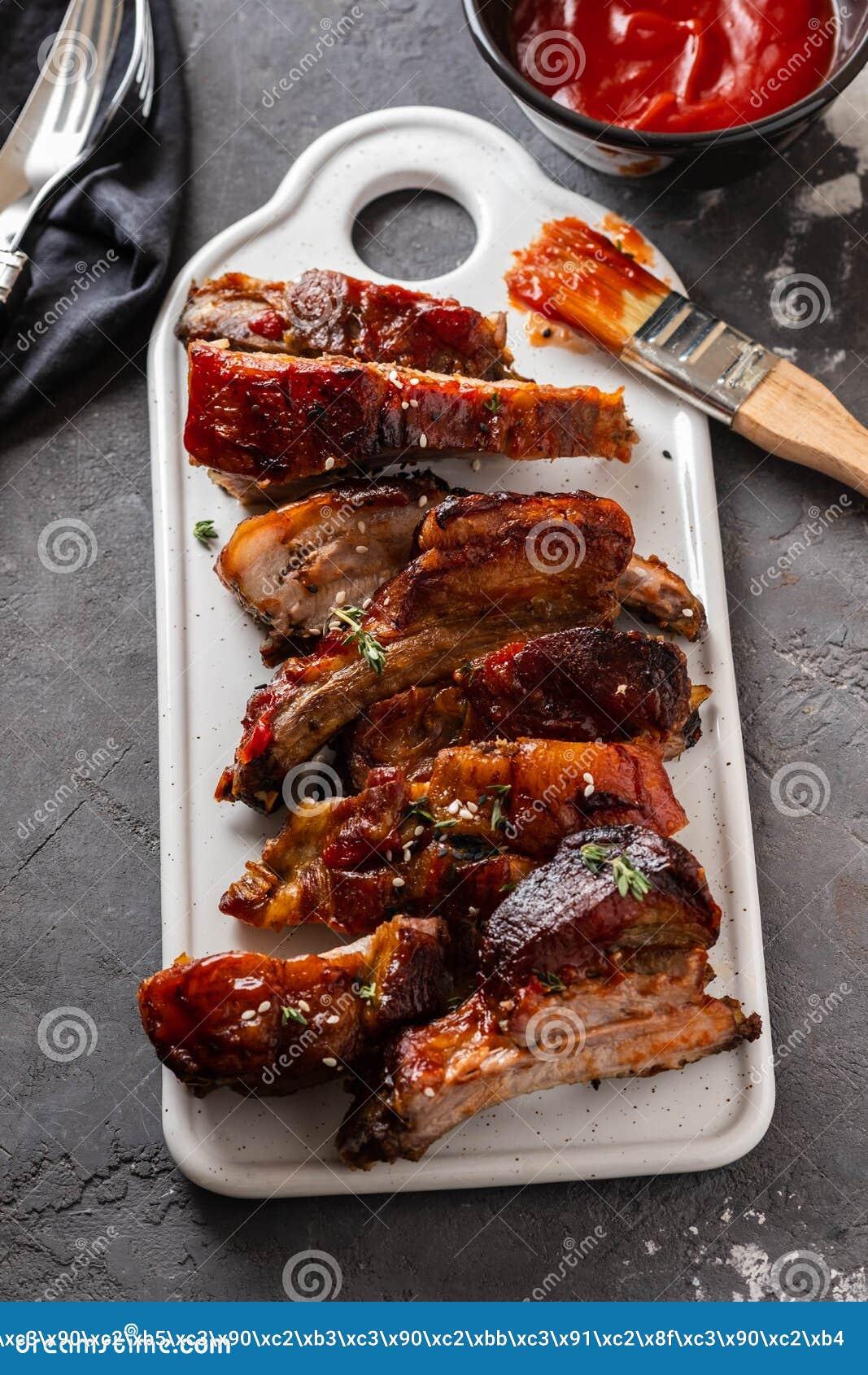 Wyśmienicie barbecued ziobro przyprawiali z korzennym fastrygowanie kumberlandem w górę, kopii przestrzeń
