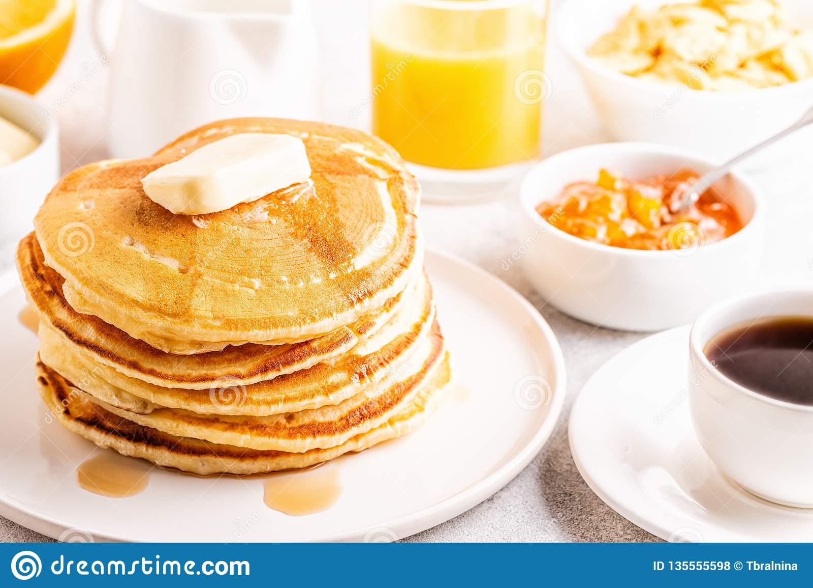 Wyśmienicie domowej roboty śniadanie z blinami