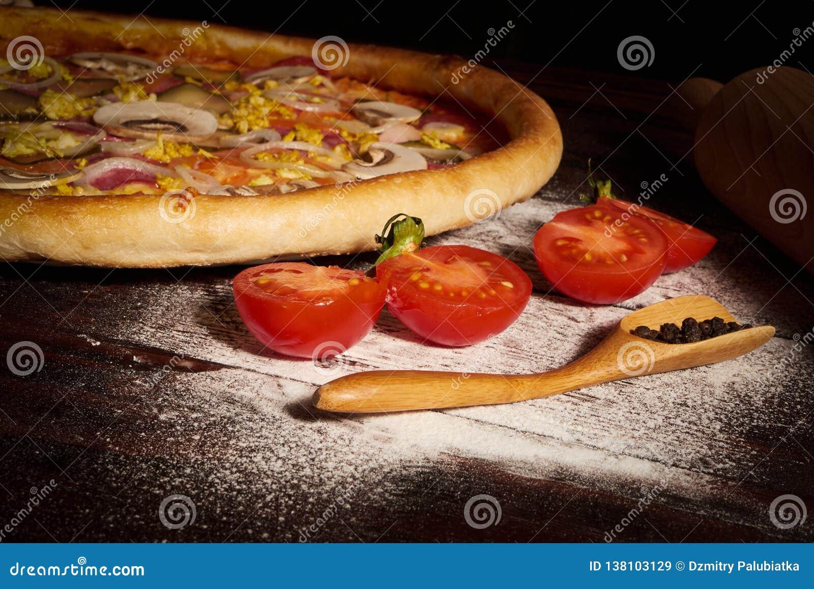 Wyśmienicie owocych morzy mussels i garneli pizza na czarnym drewnianym stole składniki żywności kulinarni włoskich Odgórny widok