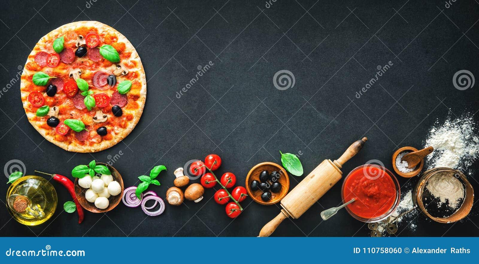 Wyśmienicie pizza z składnikami i pikantność