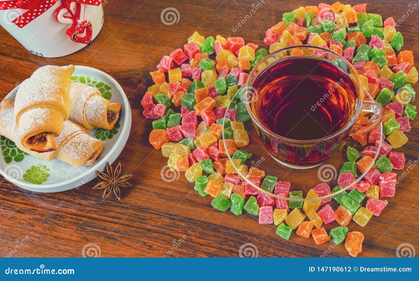 Wyśmienicie ranek herbata z ciastkami i cukierkami