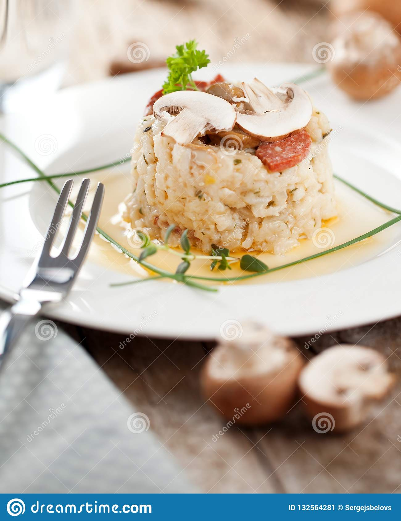 Wyśmienicie ryż z pieczarkami i rozmarynami, risotto