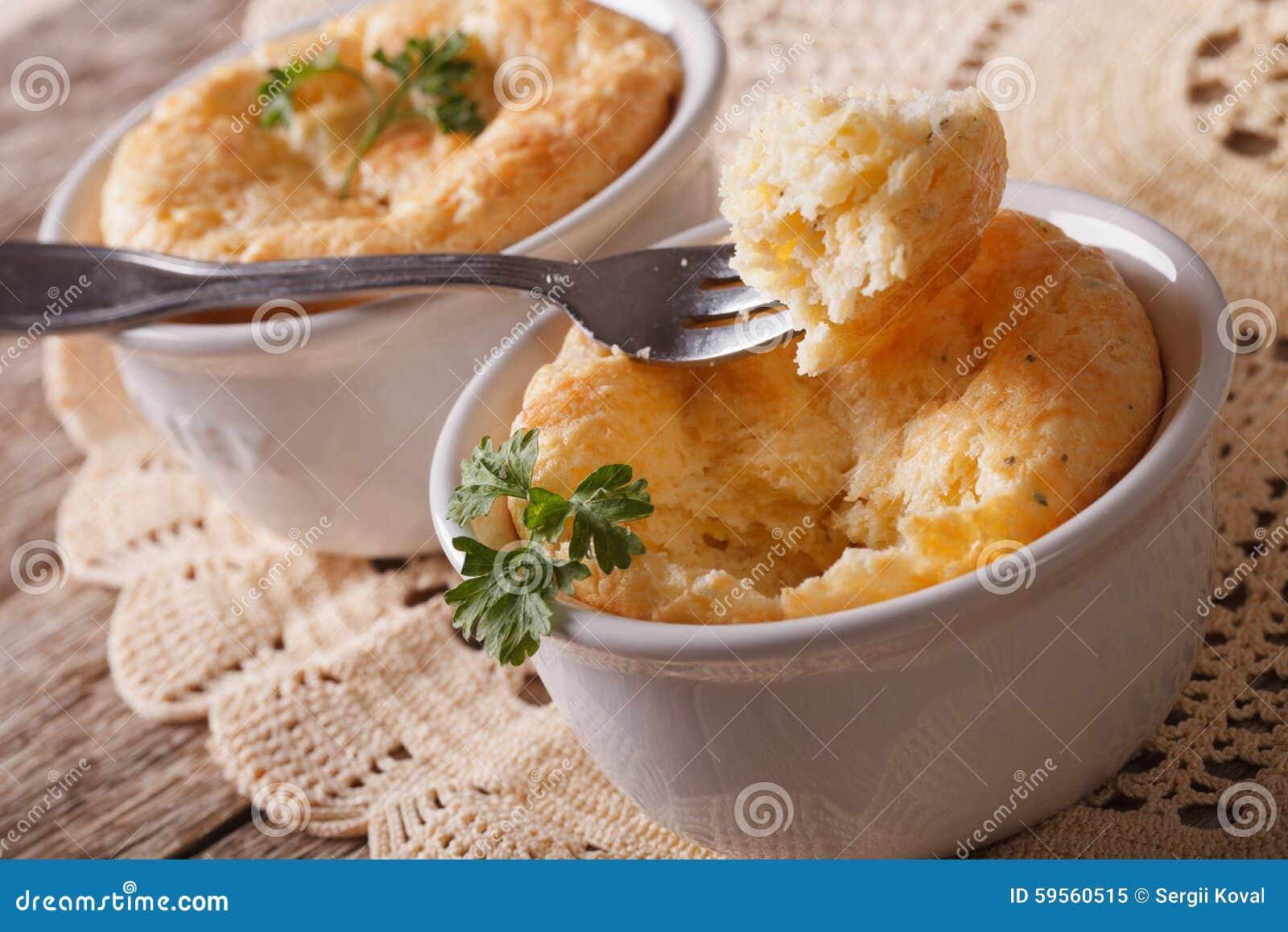 Wyśmienicie serowy souffle w białym ramekin zakończeniu horyzontalny