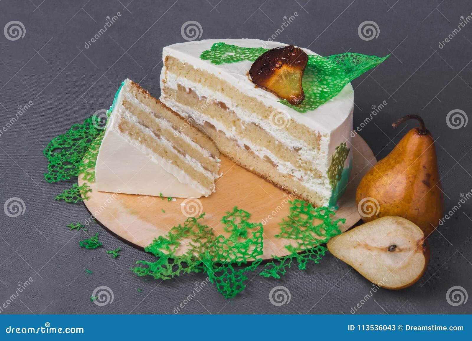 Wyśmienicie tort dekorował z karmelizować bonkretami na szarym tle