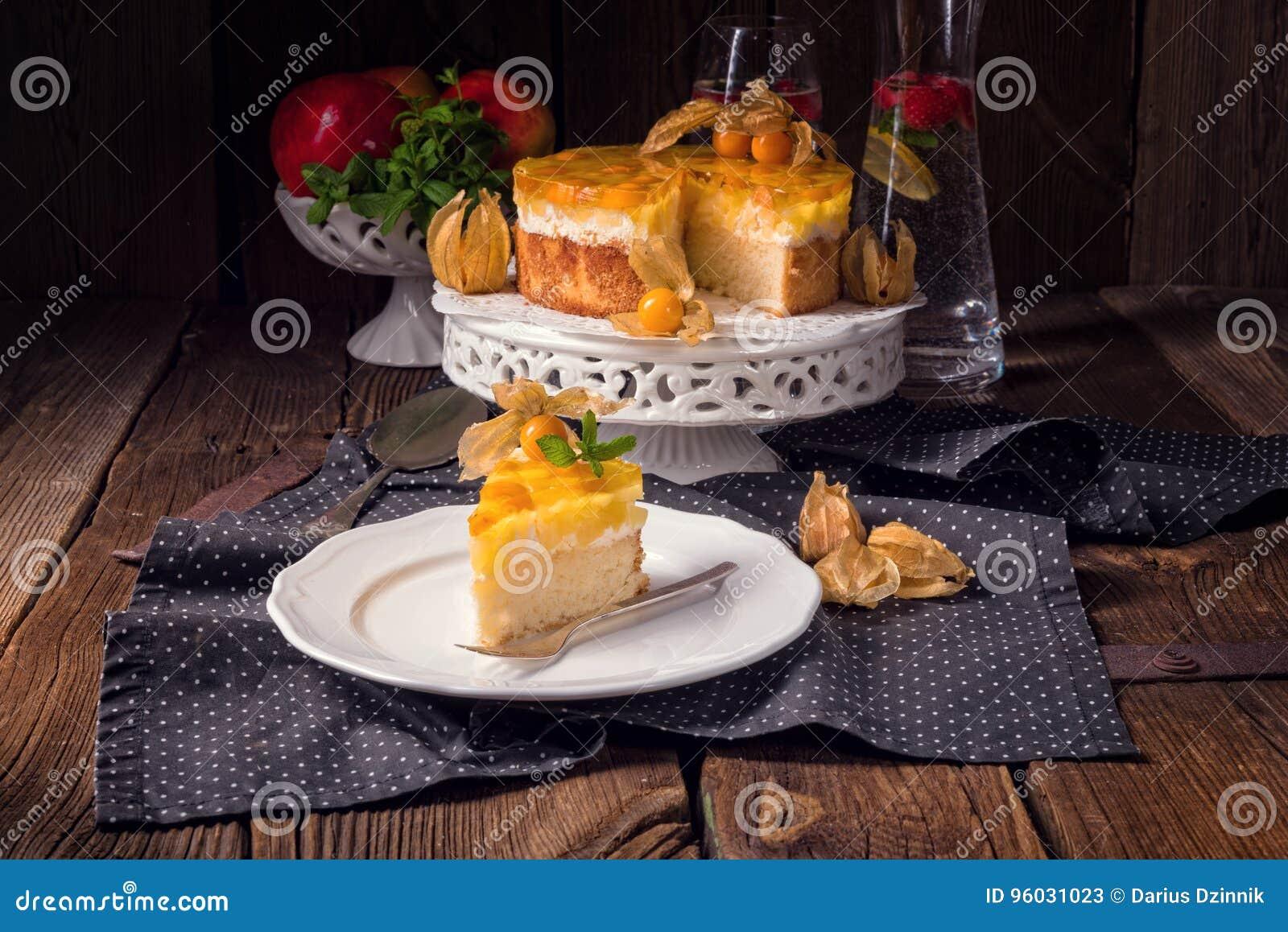 Wyśmienicie torty z pęcherzycą, świeżymi jabłkami i śmietanką,