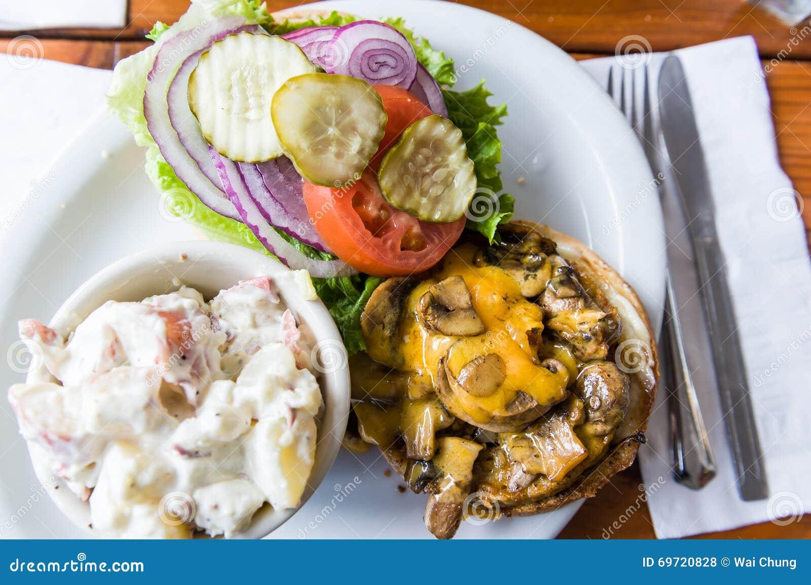 Wyśmienicie weganin pieczarki hamburgeru posiłek