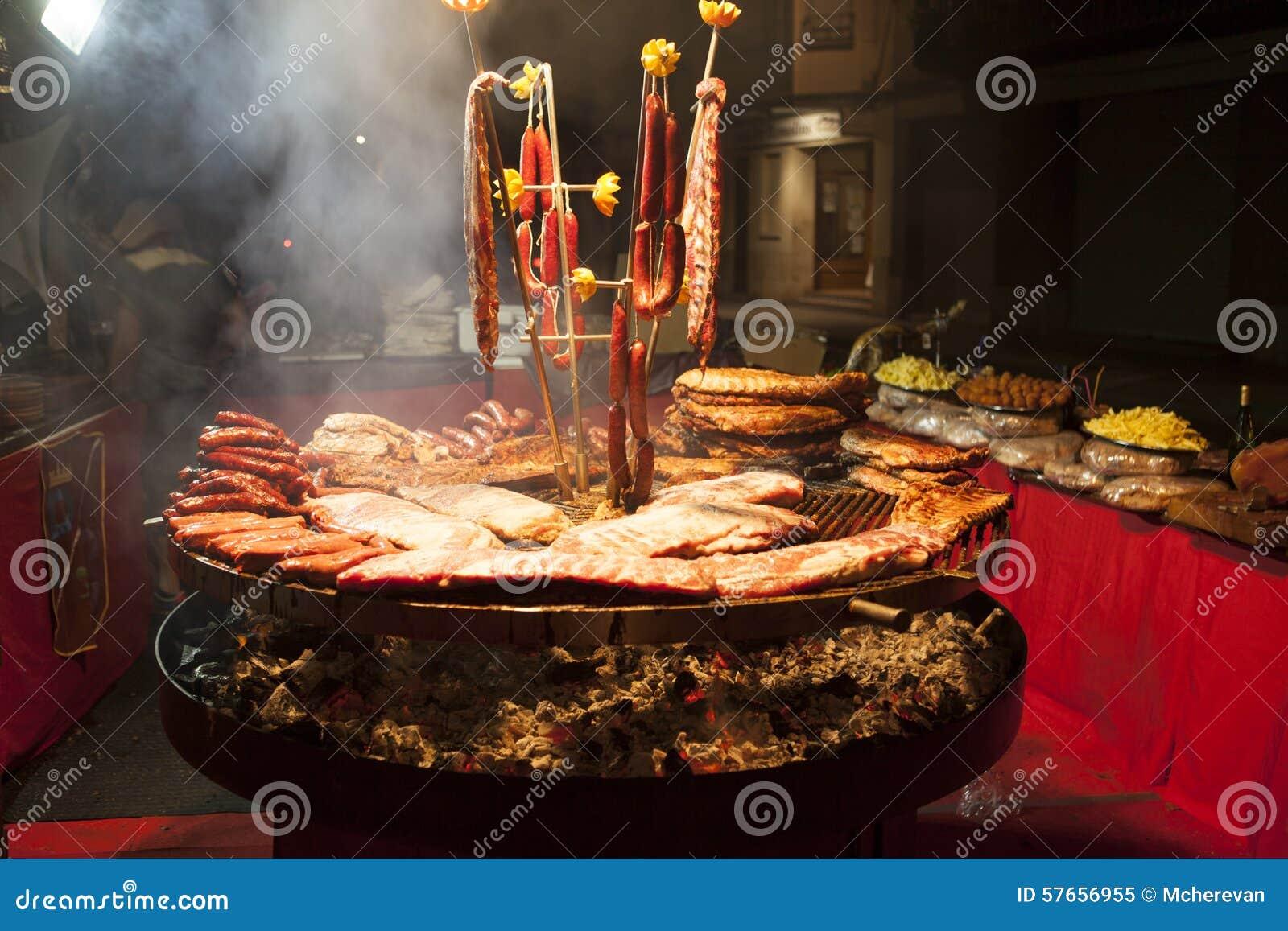 Wyśmienity mięso składa wieprzowina ziobro, kiełbasy, na wielkim grillu