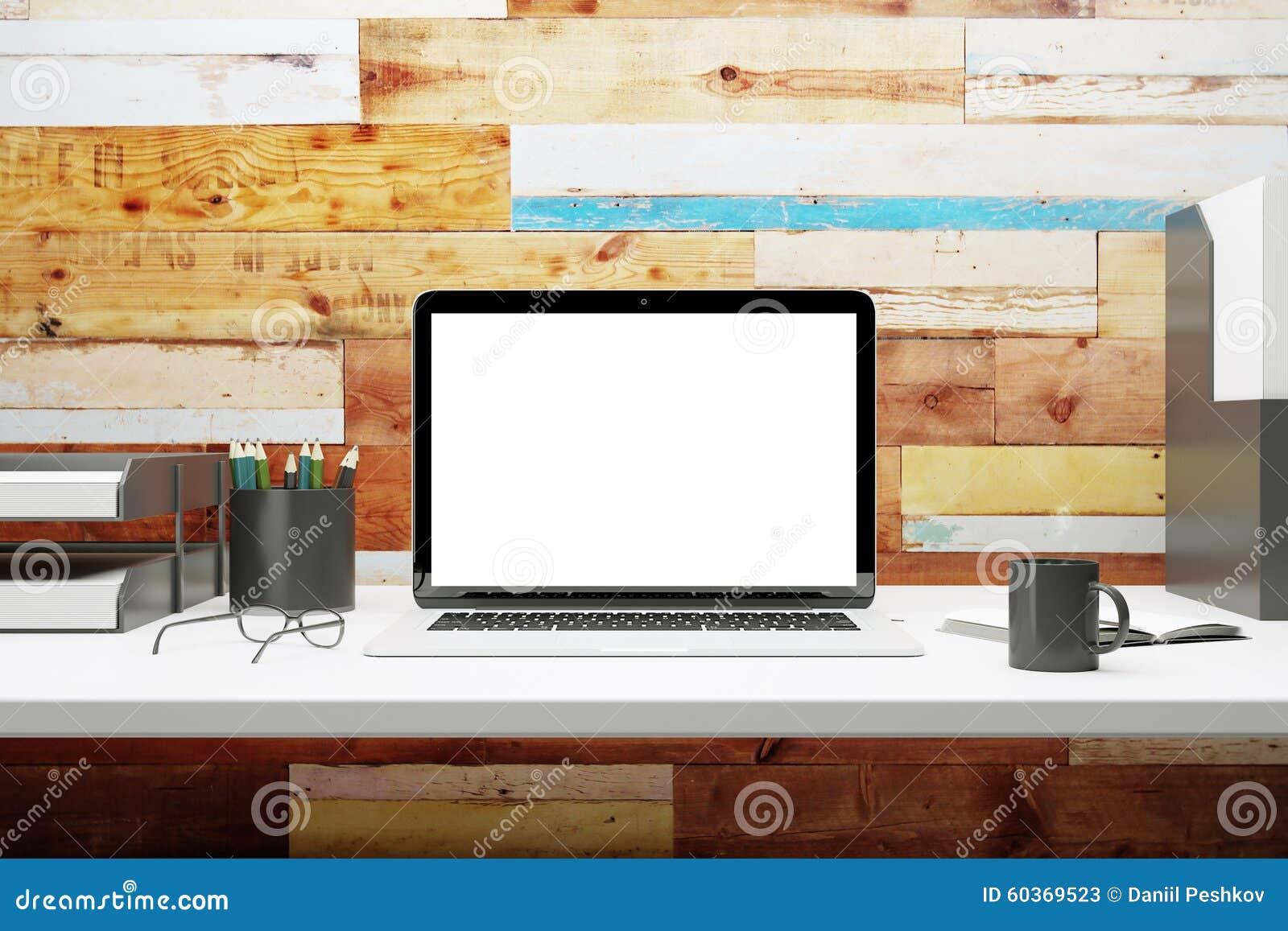Wyśmiewa up pusty laptop na biurku