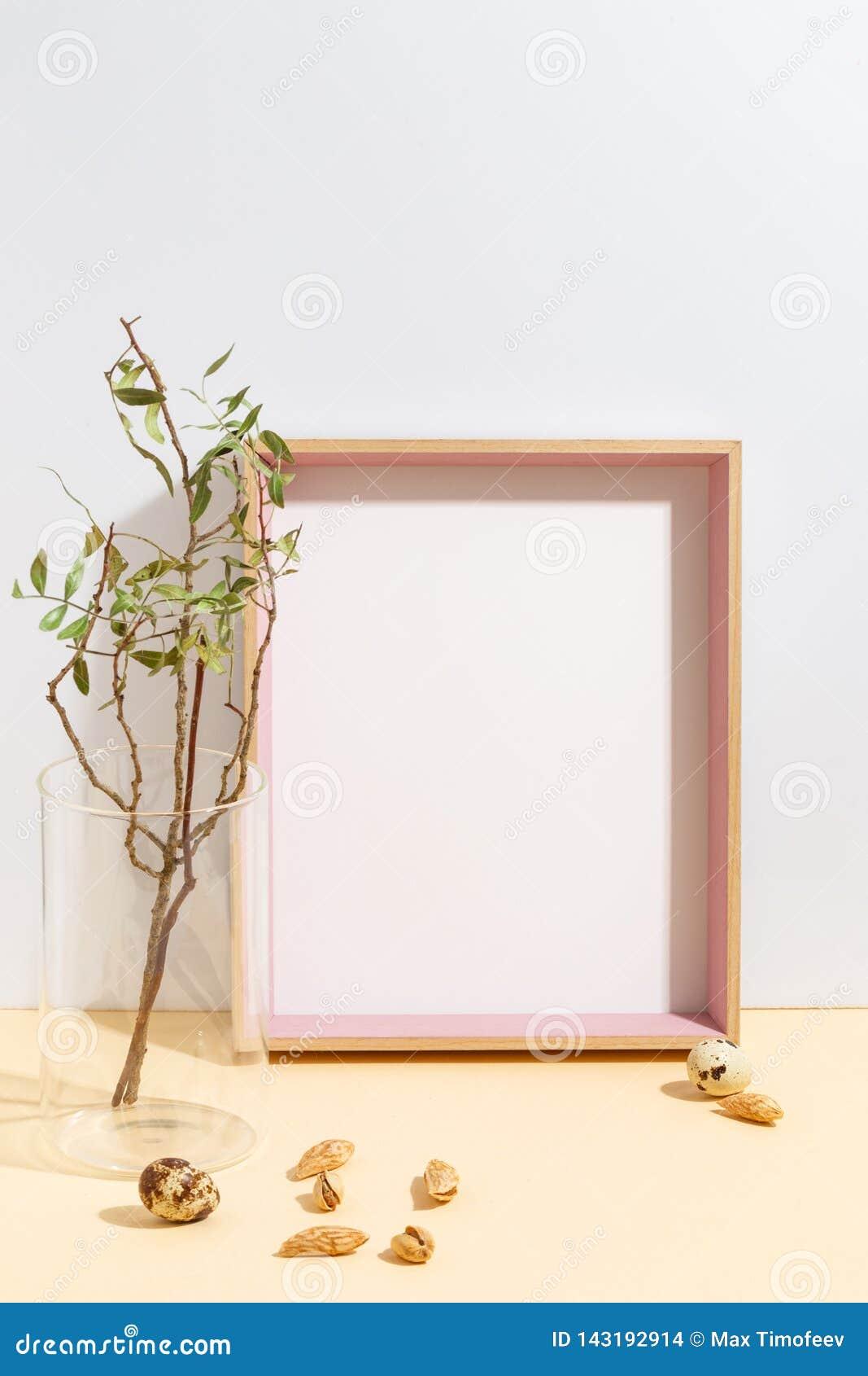 Wyśmiewa w górę biel gałąź z zieleń liśćmi w błękitnej wazie na i ramy książkowej półce lub biurku Minimalistic poj?cie