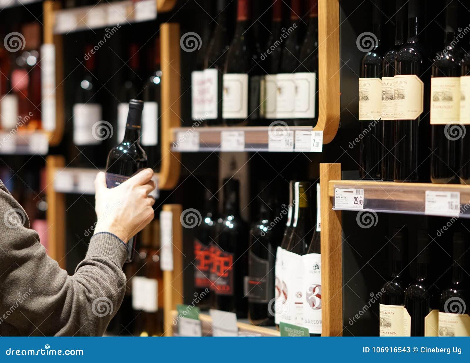 Wybierać butelkę czerwone wino