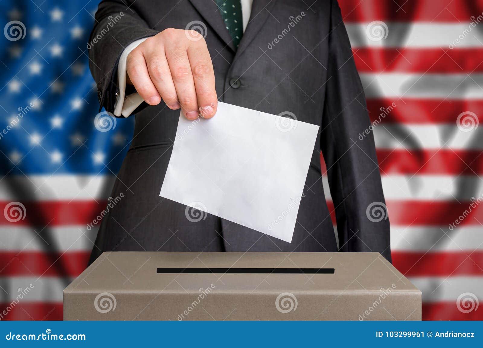 Wybory w usa - głosujący przy tajnego głosowania pudełkiem