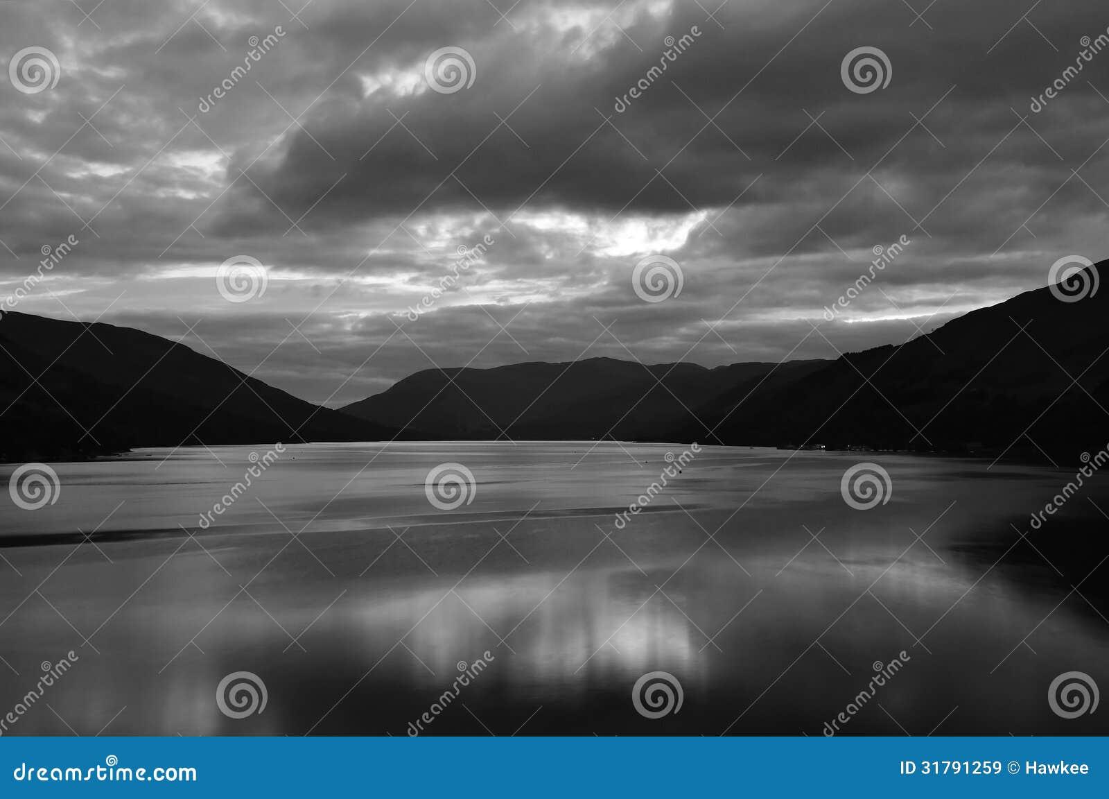 Wybrzeże Loch Zarabia w bw