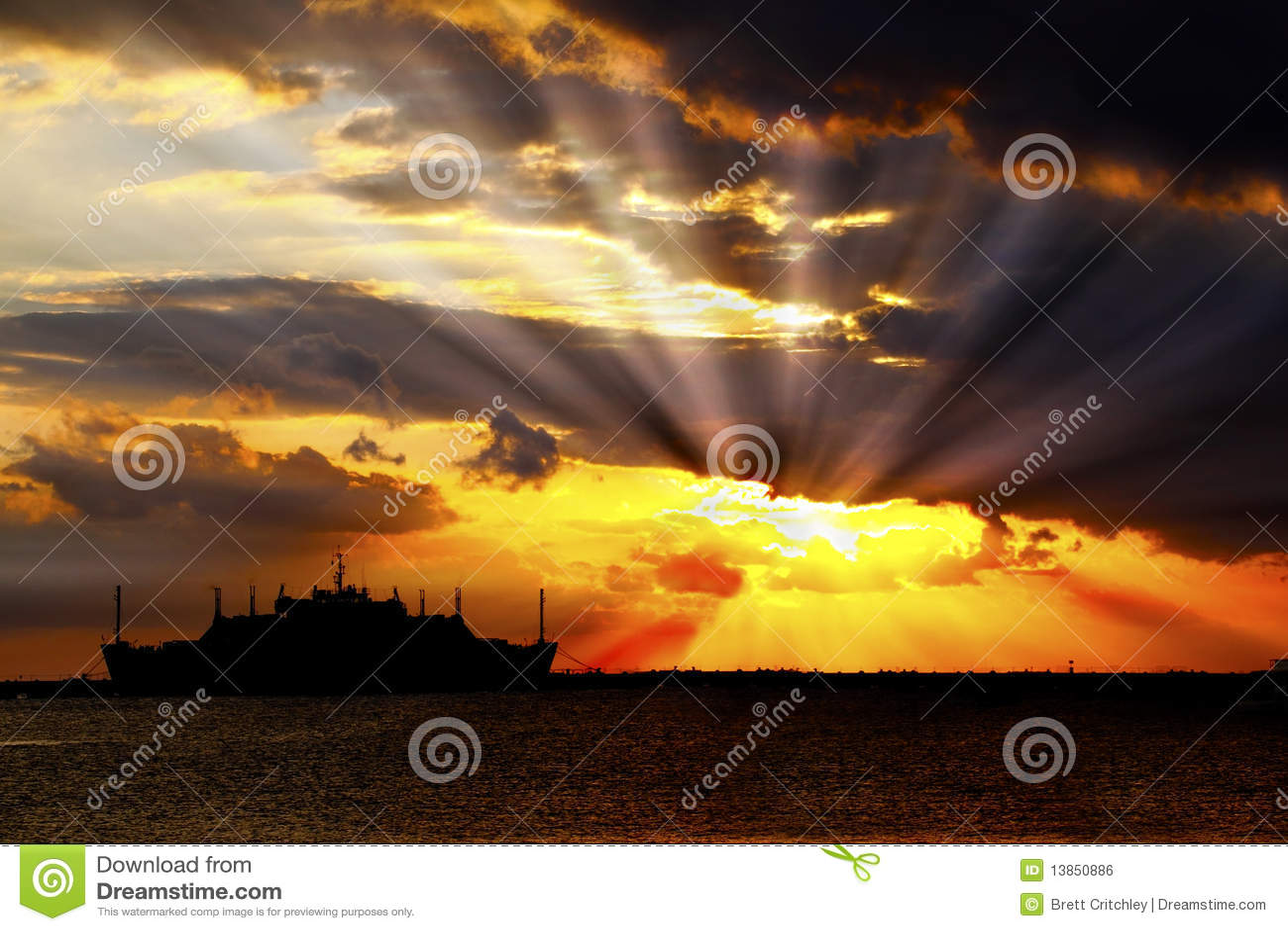 Wybuchów chmur słońca wschód słońca