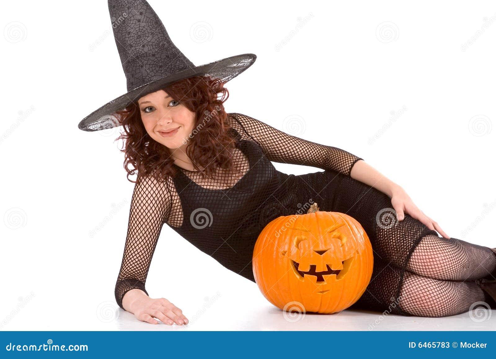 Wycięte dziewczyny kapelusza nastolatek z dyni Halloween.