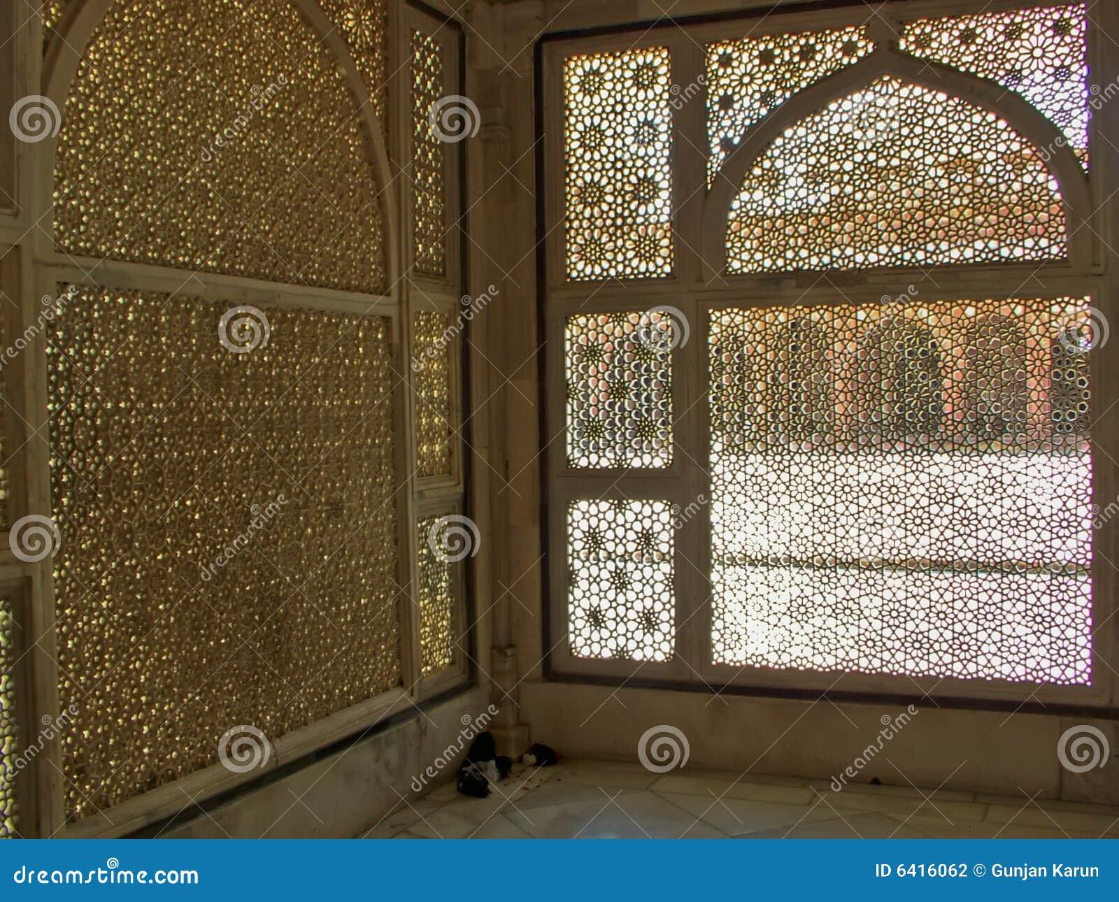 Wycięte islamskie okno