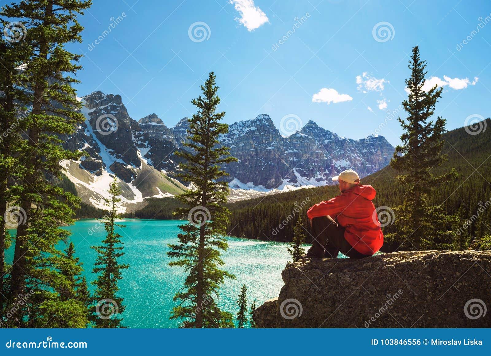 Wycieczkowicz cieszy się widok Morena jezioro w Banff parku narodowym