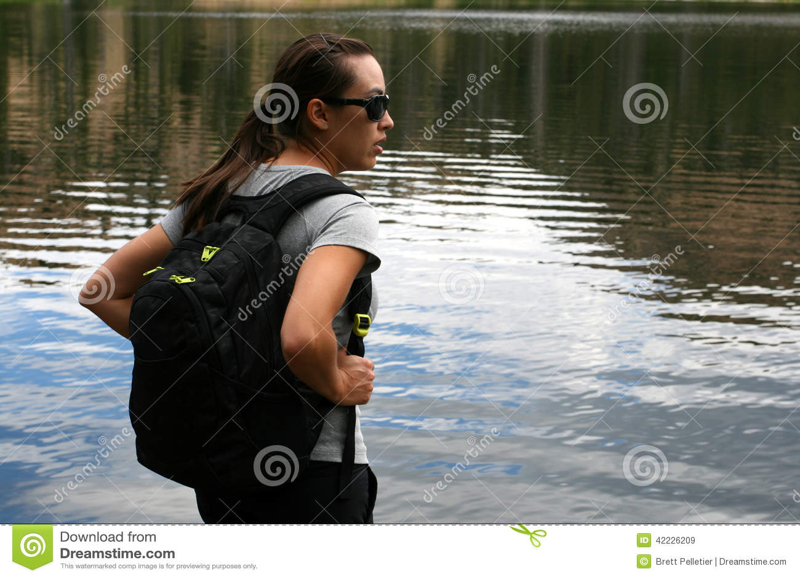 Wycieczkowicz w górach odpoczywa przy jeziorem