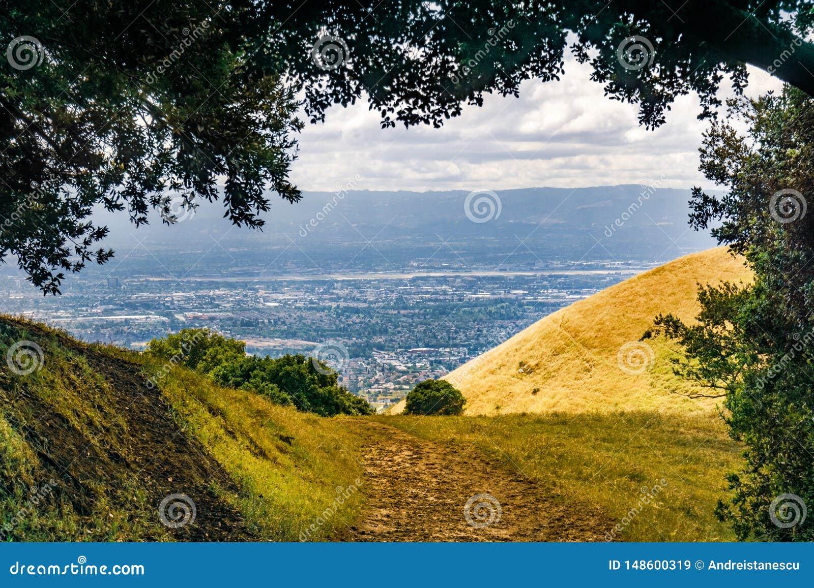 Wycieczkujący ślad w Południowym San Francisco zatoki terenie, obszary zamieszkali widoczni w tle San Jose, Kalifornia