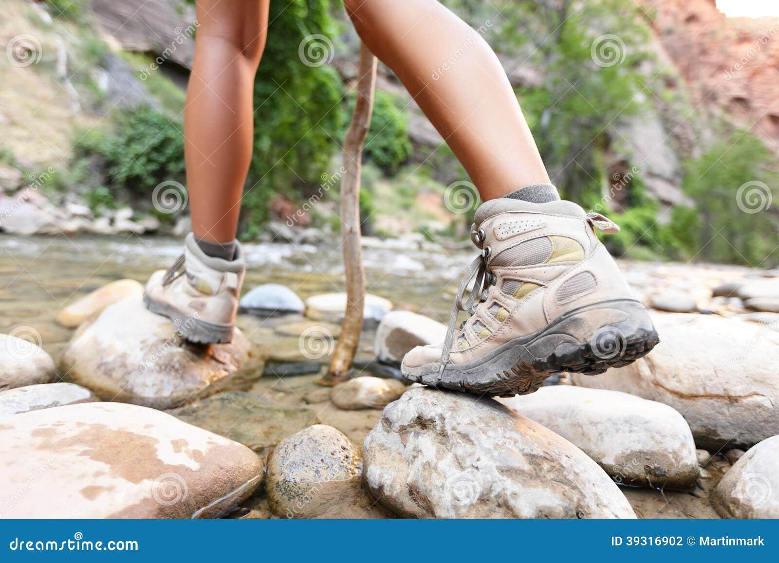 Wycieczkujący buty na wycieczkowiczu outdoors chodzi