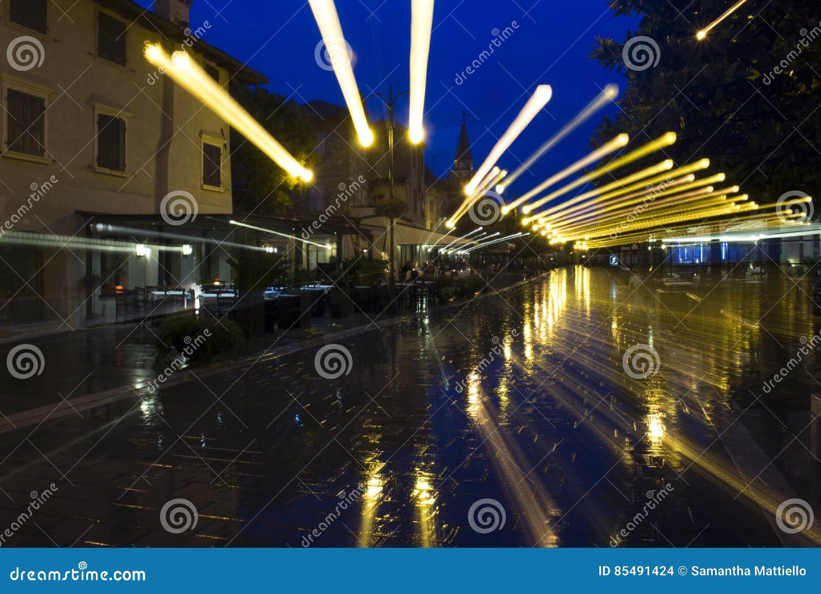 Wyginający się skutki z deszczem i streetlights