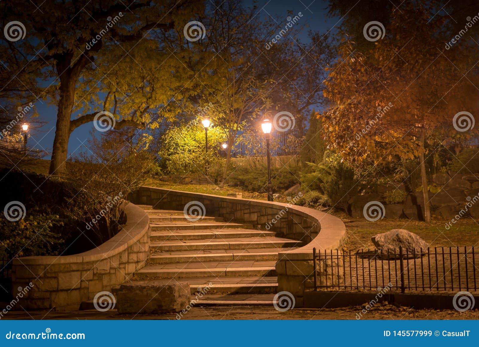 Wyginam si? schody prowadzi? oddolny przy noc?, Carl Schurz park, Miasto Nowy Jork
