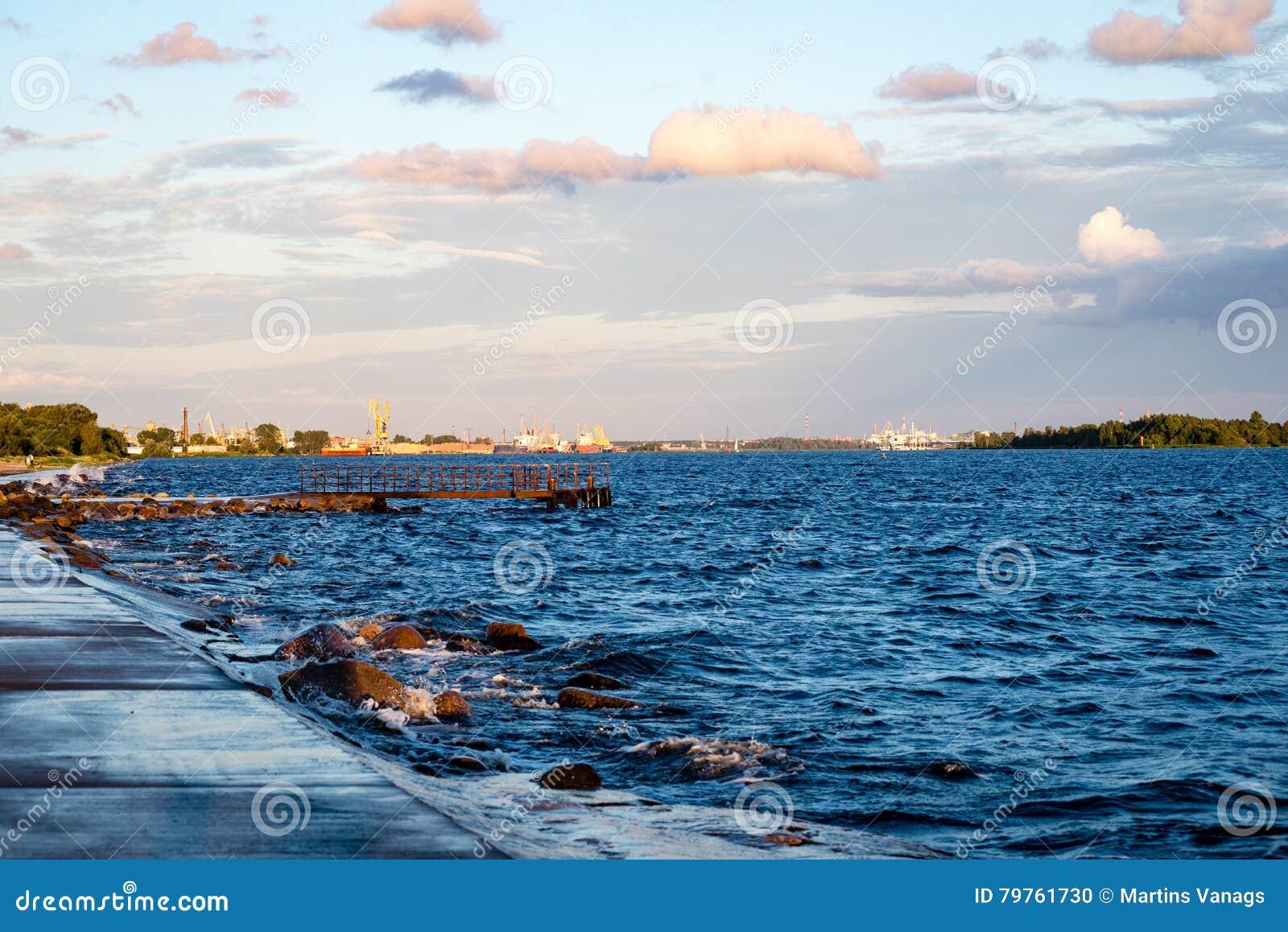 Wygodna plaża morze bałtyckie z wodą rozbija na r