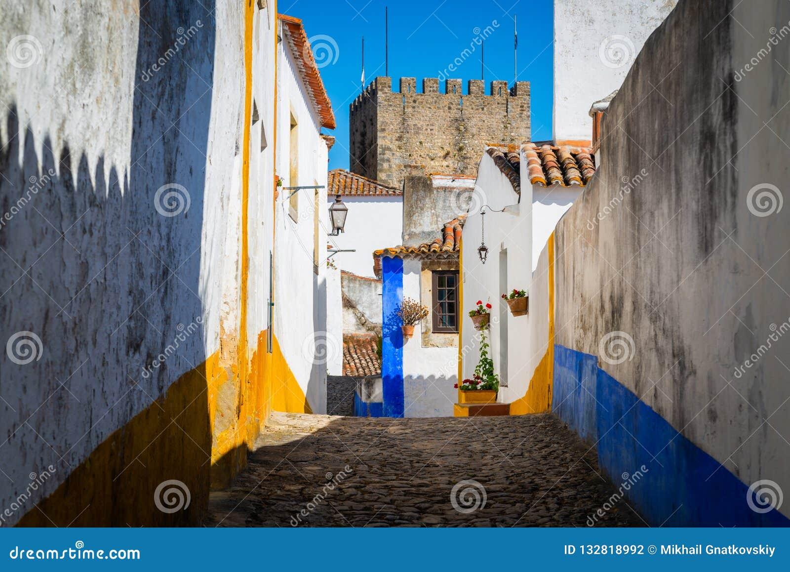 Wygodne w?skie ulicy stary grodzki Obidos, Portugalia